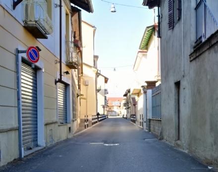 VENARIA - I residenti: «In via Trucchi le auto vanno troppo veloci»