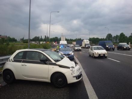 RIVOLI - Incidente in tangenziale: 500 finisce contro il guard-rail. Un ferito