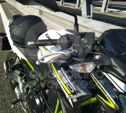 RIVOLI - Perde il controllo della moto e cade a terra lungo la tangenziale: centauro ferito