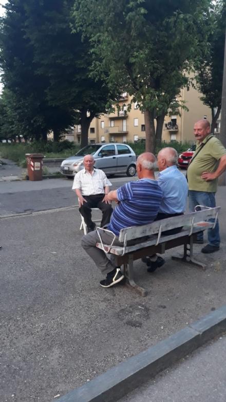 VENARIA - La panchina non cè più? I residenti se la portano da casa...