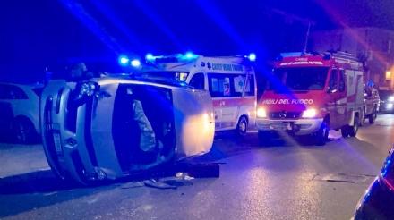 CASELLE - Auto si ribalta in via Audello: mamma e figlia finiscono in ospedale