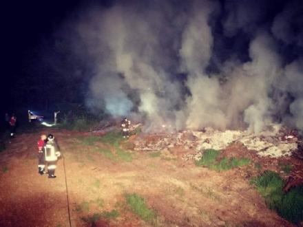 DRUENTO - A fuoco delle ramaglie in un terreno agricolo a ridosso della provinciale