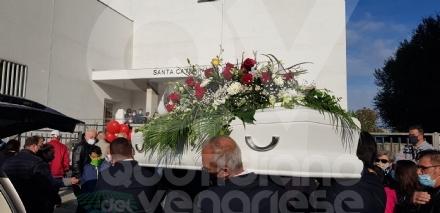 TORINO-VENARIA - Gli amici di sempre per lultimo saluto a Maria Masi, uccisa dallex marito
