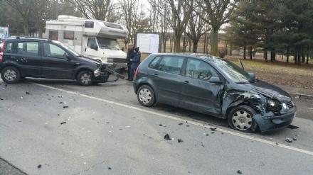 VENARIA - Incidente stradale in via Barbi Cinti: due auto coinvolte, una donna rimasta ferita