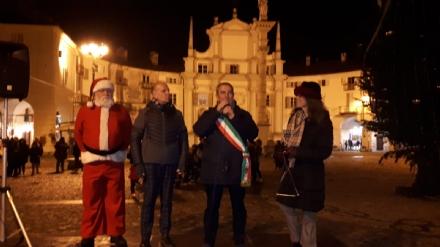 VENARIA - Con lalbero acceso in piazza Annunziata prende il via il Natale: gli appuntamenti del week-end
