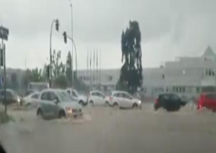 MALTEMPO - Violento acquazzone in tutta la zona: strade impraticabili. Disagi anche in tangenziale
