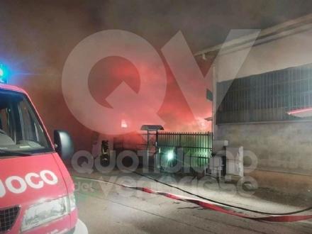 ALPIGNANO - A fuoco la «Falegnameria del Nonno» di via Pianezza