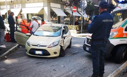 VENARIA - Ennesimo incidente allincrocio tra via Picco e corso Matteotti: una donna ferita