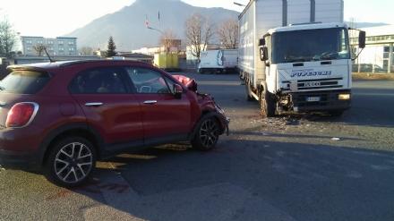 ALPIGNANO - Scontro fra unauto ed un furgone in strada del Pascolo: una donna ferita