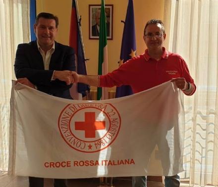 BORGARO - A Palazzo Civico esposta la bandiera della Croce Rossa