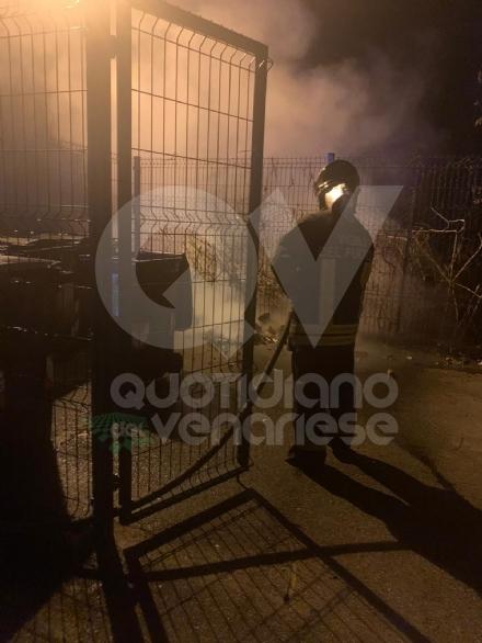 BORGARO - Bidoni della raccolta differenziata a fuoco in via Gramsci