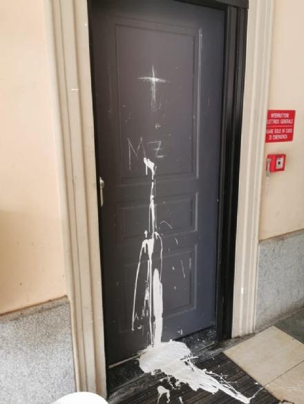 RIVOLI - Dopo laggressione verbale ai titolari, incendiato e vandalizzato il ristorante «King»