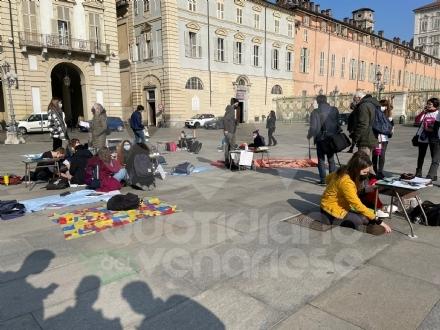 PROTESTA CONTRO LA DAD - Studenti in piazza a Torino per chiedere il ritorno in classe - FOTO