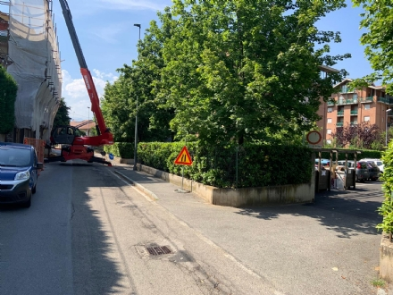 RIVOLI - La gru è in mezzo a via Frejus: forti disagi per la raccolta dei rifiuti