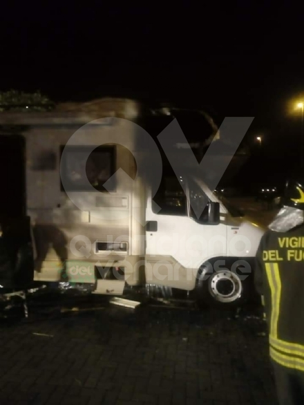GRUGLIASCO - Camper a fuoco in corso King: fiamme spente dai vigili del fuoco