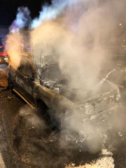 TORINO-CASELLE - Auto prende fuoco sul raccordo: illeso il conducente