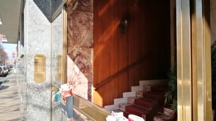 VENARIA - Raid vandalico in corso Matteotti: spaccati i vetri di un condominio