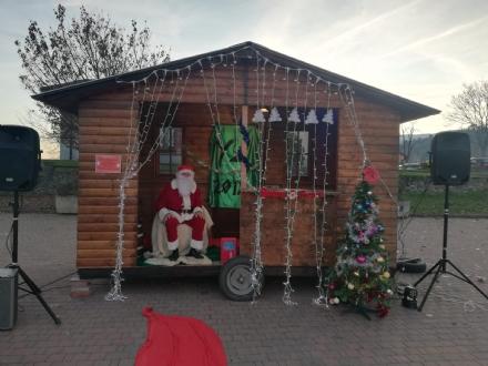 GIVOLETTO - Con il mercatino e laccensione dellalbero si inizia a respirare latmosfera natalizia