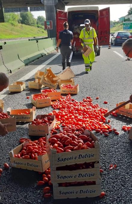 VENARIA-BORGARO - Perde il carico di pomodori mentre è in marcia in tangenziale
