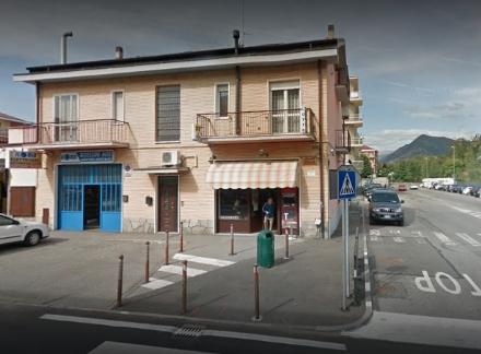 RIVOLI - La mamma lo denuncia ai carabinieri. I militari scoprono che è complice in una rapina