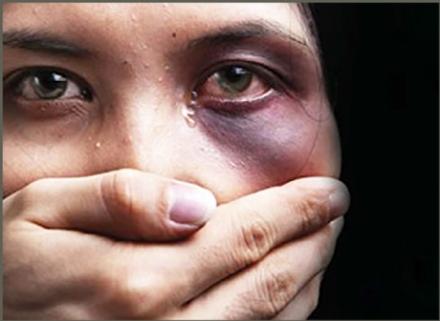 CASELLE - Calci, schiaffi e pugni alla compagna, sotto gli occhi della bambina di 5 anni: arrestato