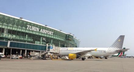 CASELLE - Ruba profumi e creme in aeroporto: fermata e denunciata poco prima del decollo
