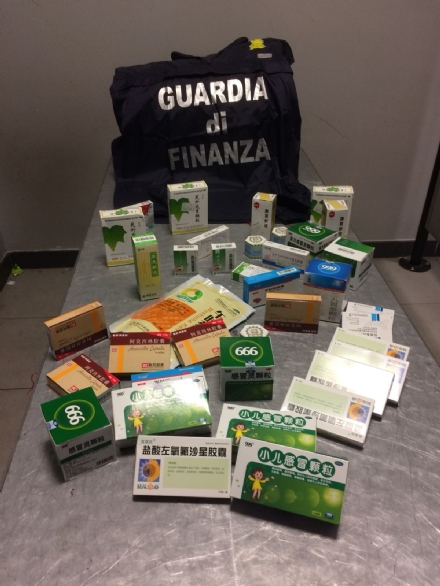 CASELLE - Farmaci illegali nascosti nei maglioni: la Finanza denuncia un 43enne