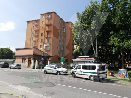 TRAGEDIA A VENARIA - Si getta dal balcone di casa, sotto gli occhi del figlio: muore donna di 85 anni