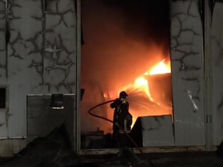 VILLANOVA - A fuoco il capannone della Seges: distrutti due mezzi. Atto doloso?