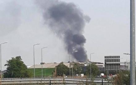 COLLEGNO-ZONA OVEST - A fuoco una tettoia: colonna di fumo visibile in tutta la zona