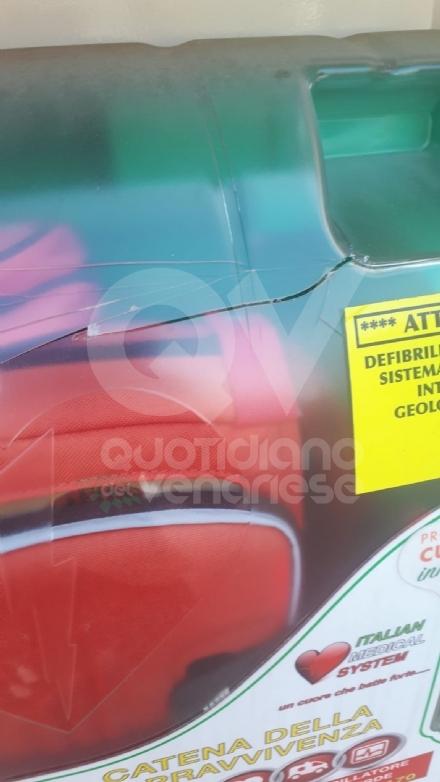 DRUENTO - Vandali in azione: danneggiato il defibrillatore di piazza del Filatoio