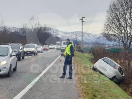 VENARIA - Auto finisce nel fosso dopo lo scontro con il suv lungo la sp1: due feriti