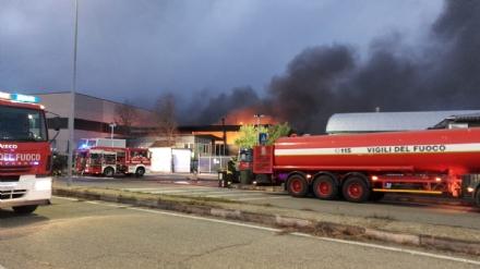 BORGARO - Incendio in azienda: colonna di fumo e aria irrespirabile - FOTO