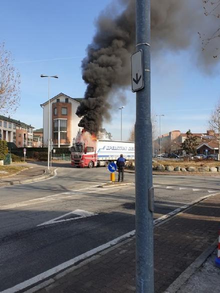 BORGARO - Paura in via Gramsci: tir prende improvvisamente fuoco