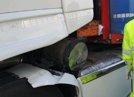 RIVOLI - La cabina del tir sfondata dallo stesso carico dopo una frenata: autista ferito