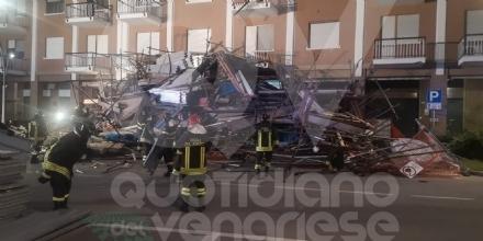 BORGARO - CROLLA IL PONTEGGIO DI UN PALAZZO: ATTIMI DI TERRORE IN VIA INGHILTERRA - FOTO
