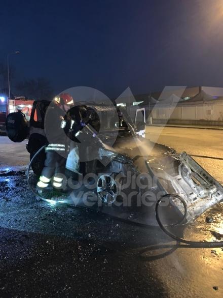 CASELLE - Paura in strada Leini: Jeep prende fuoco mentre è in marcia