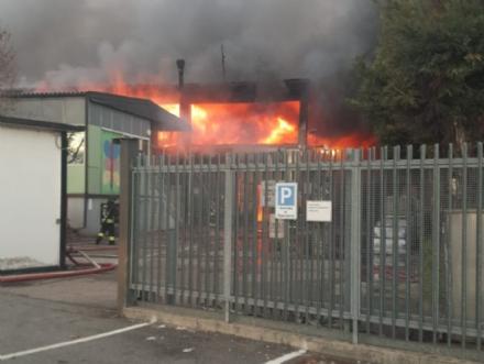 BORGARO - Incendio alla Reinol: per lArpa non ci sono pericoli per chi abita nelle vicinanze