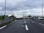 RIVOLI-COLLEGNO - Doppio incidente in tangenziale: auto contro guardrail e tir su una scarpata - immagine 11