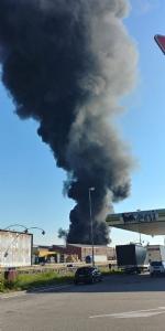 INCENDIO A SETTIMO - A fuoco una ditta, colonna di fumo visibile anche dalla tangenziale FOTO - immagine 11