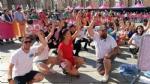 GIRO DITALIA A VENARIA - Grande folla per la carovana del Giro - FOTO - immagine 11