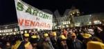 VENARIA - Tante «sardine» venariesi alla manifestazione di questa sera in piazza Castello - immagine 12