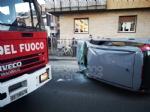 VENARIA - Scontro allincrocio: auto si ribalta in via Nazario Sauro: una ferita - immagine 1