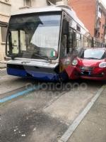 VENARIA - Si rompe lo sterzo dellautobus, che finisce contro due auto: caos in via Palestro - immagine 1