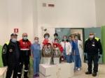 SOLIDARIETA - Uova di Pasqua e colombe donate da pompieri e polizia municipale a ospedali e residenze per anziani - immagine 1