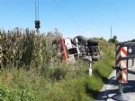 MAPPANO - Autocarro si ribalta nel fossato dopo lincidente: intervento dei vigili del fuoco FOTO - immagine 1
