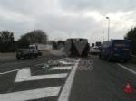 RIVOLI - Tir perde una turbina del peso di 250 quintali lungo la tangenziale: traffico in tilt - immagine 1