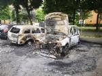 COLLEGNO - A fuoco tre auto parcheggiate in piazza Pablo Neruda: indagano i carabinieri - immagine 1
