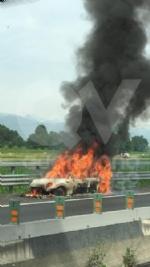 BORGARO - Paura sul raccordo Torino-Caselle: Mini Cooper prende fuoco allimprovviso - immagine 1