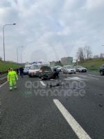VENARIA - Pauroso incidente: auto finisce contro i jersey in cemento, ferito venariese del 98 - immagine 1